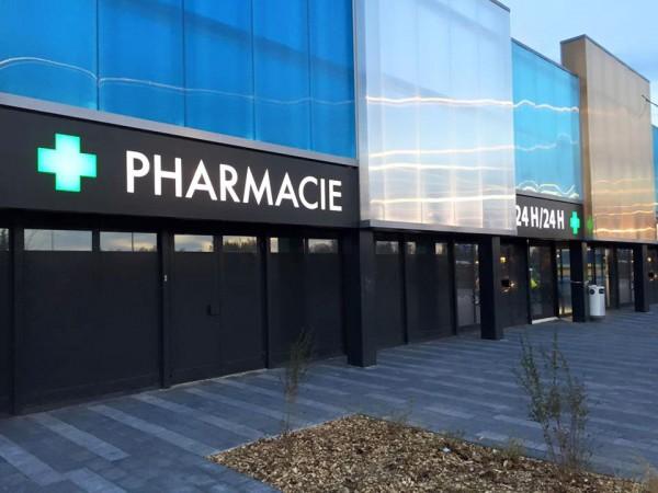 Enseigne en caisson aluminium ajouré et rétroéclairé pharmacie