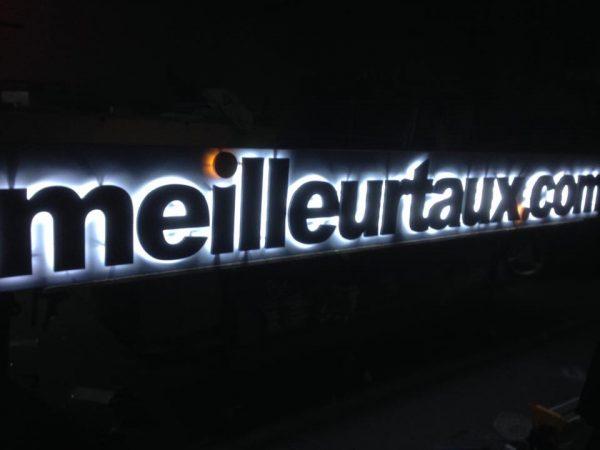 Enseigne en lettres PVC avec éclairage led + drapeau meilleurtaux.com à Saint-Etienne