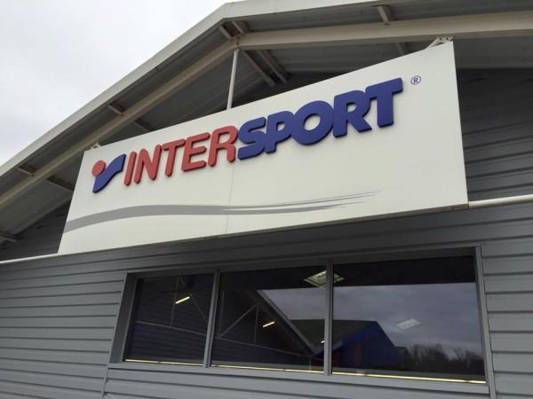 Enseigne en lettres PVC laquées montées sur tôle tablette Intersport
