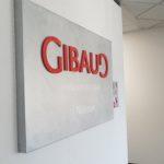 Enseigne intérieure en tôle tablette effet alu brossé + lettrage en relief PVC – GIBAUD à St Etienne