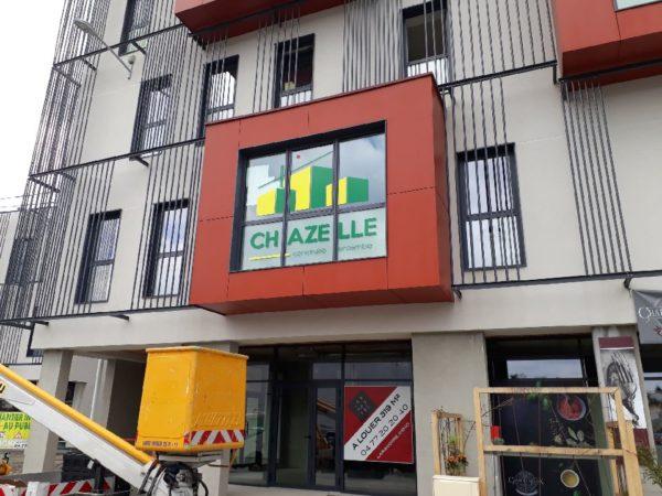 Enseigne en adhésifs sur vitre et dépoli – CHAZELLE au Cinépôle à St-Just-St-Rambert (42)